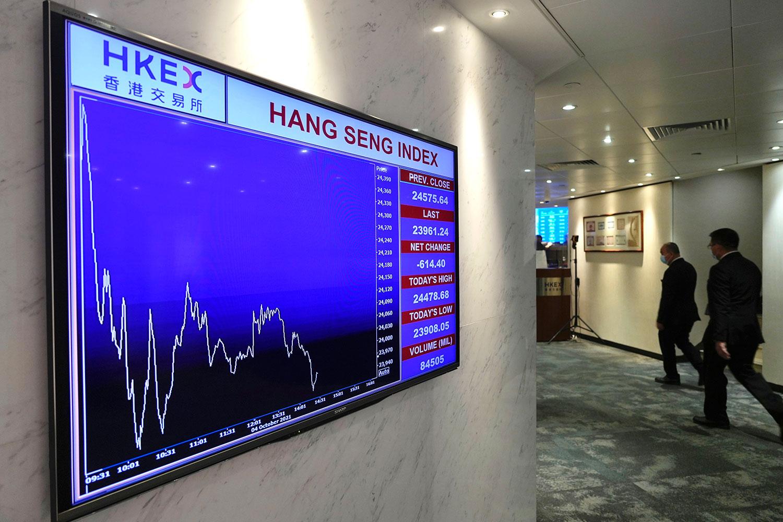 2021年10月4日,香港證券交易所的一個屏幕顯示了香港股票指數。陷入困境的中國恒大、恒大物業的股票在香港停牌。(美聯社)