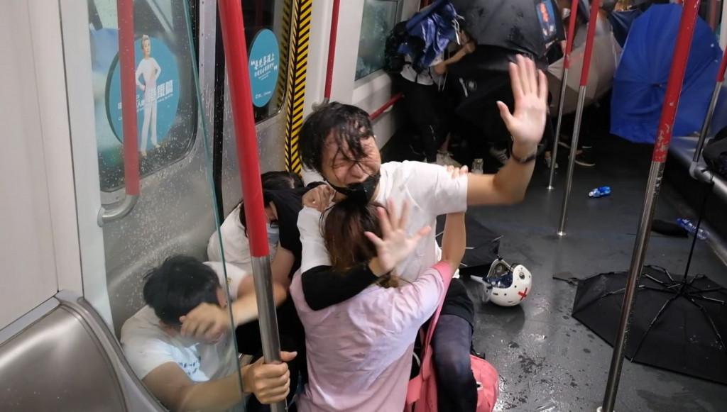 2019年8月31日晚,大批市民被警方無差別拘捕及追打。(《米報》 / 梁柏堅影片截圖)