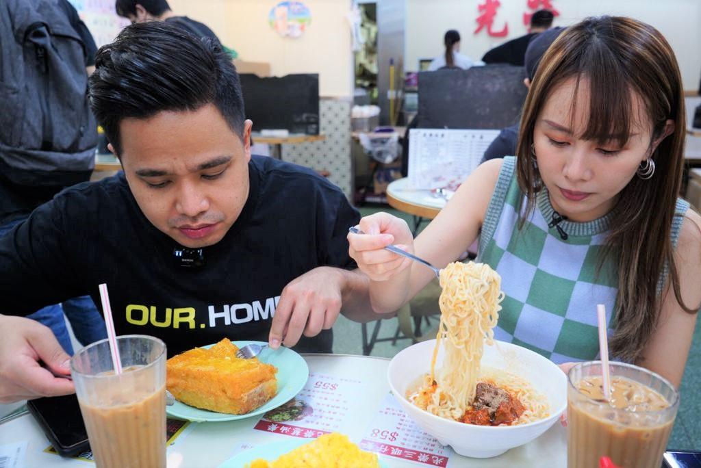 臨別香港,他們選擇到「光榮冰室」用餐,記下屬於香港的獨有味道。(文海欣 攝)
