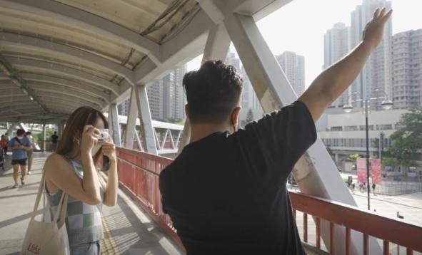 決定移英後,芊蕙特意買菲林相機,希望拍下與親友的回憶。(溫宇晉 攝)