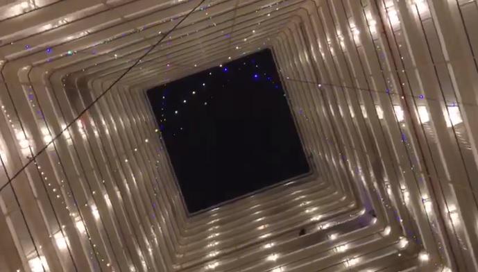 姚鈞豪及連桷璋於前年聖誕節,在大埔一個屋邨天井掛絢麗的燈飾,凝聚家家戶戶。(連桷璋影片截圖)