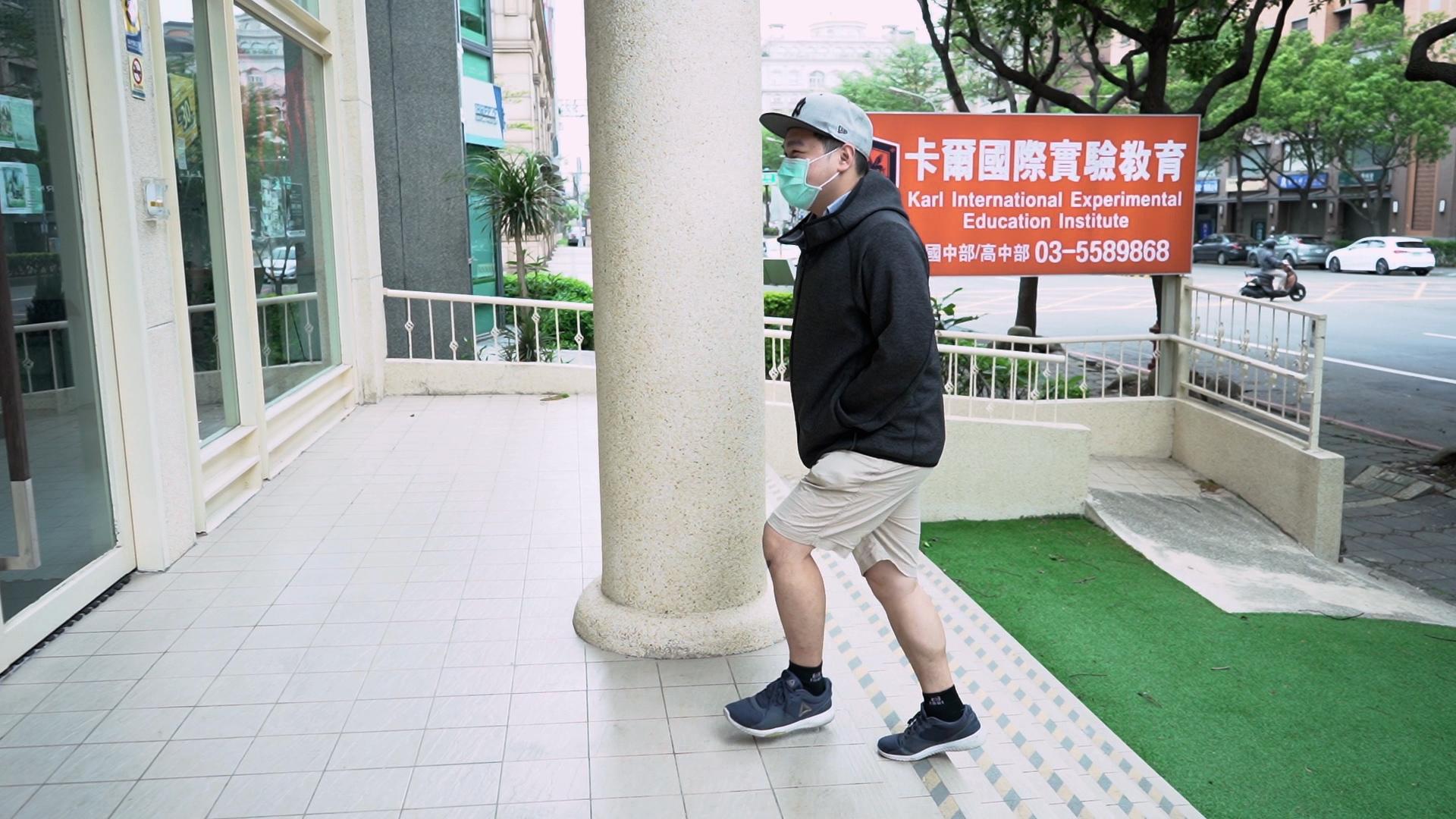 在台灣從事教育業的Sam,其實並非教師出身,以前他任職航空公司地勤人員。(文海欣攝)