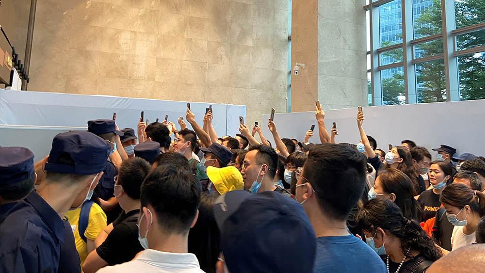 周一(13日),數百名投資者到恒大總部抗議,一度演變成衝突。(路透社)