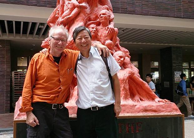 高志活2013年赴港親自統籌雕像的維修工作,與香港支聯會成員李卓人合影,然而李卓人等支聯會核心人物,目前都已陷獄。(高志活提供)